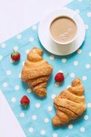 Postre de pastelería viennoiserie tradicional croissant con una taza de café