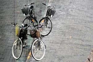 fahrrad an glaswand