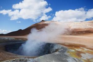 poço de lama fervente com vapor - fontes termais de Hverir, Islândia