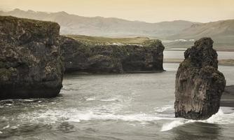 Islândia. área sul. vik. zona dyrholaey. paisagem com basalto