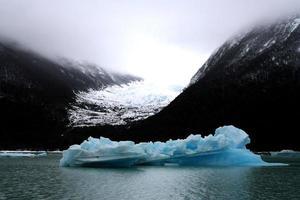 pequeno iceberg no parque nacional los glaciares, argentina