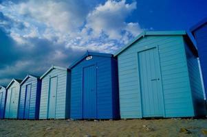 cobertizos azules en la playa