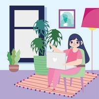 mujer joven en la computadora portátil en casa