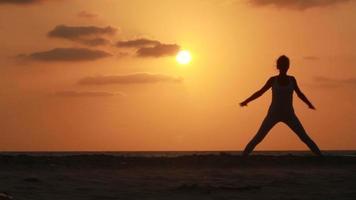 silhueta de uma mulher bonita ioga video