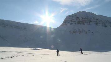 sciatori sullo sfondo di un paesaggio innevato a Svalbard Norvegia