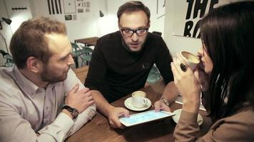 reunión de negocios en la cafetería. el equipo está usando la tableta video
