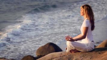 jovem está praticando ioga. video