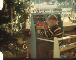 menino brincando de loja de esquina (filme amador vintage de 8 mm)