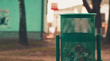 la donna getta la spazzatura nella pattumiera