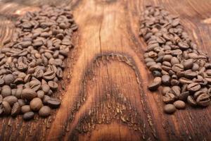 Fondo de grano de café sobre textura de madera foto