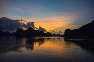 amanecer en la bahía de ha long