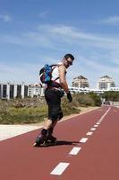 chico patinando en línea hacia atrás en portugal