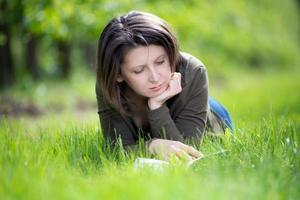 mujer leyendo un libro en el huerto foto