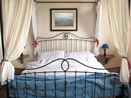 cama con cortinas
