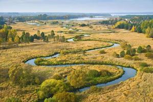 Vista aérea del río serpenteante y el paisaje circundante.