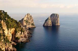 día de otoño en la costa de la isla de capri