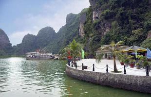 Vietnam. muelle en la bahía de halong.