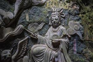 escultura de Buda dentro da caverna de Am Phu Danang
