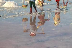 trabalhadores transportando sal dos campos