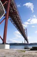 el puente 25 de abril en lisboa foto