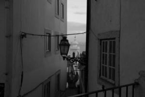 callejón de lisboa en blanco y negro