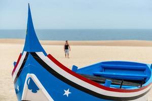 barco en la playa, nazaré (portugal)