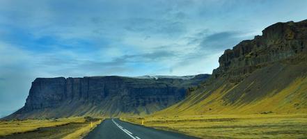 la vista del borde de la carretera de islandia. foto