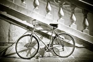 Bicicleta vieja contra una pared de mármol