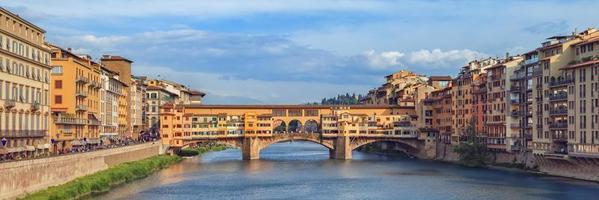 Famoso puente Ponte Vecchio, Florencia, Italia.