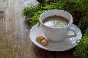 café en taza blanca con árbol de navidad foto