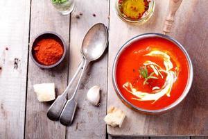 tomate, sopa de pimenta vermelha, molho com alecrim