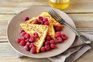 Sabrosa tostada francesa con frambuesas frescas