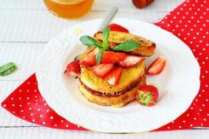 tostada francesa con rodajas de frutos rojos