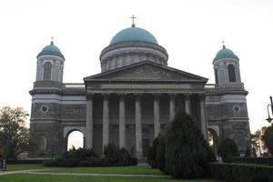 basílica de esztergom. la iglesia más grande de hungría foto