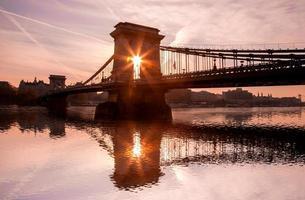 Puente de las cadenas contra el atardecer en Budapest, Hungría