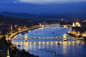 Budapest por la noche con el puente de las cadenas szechenyi