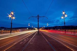Las luces de la ciudad en el puente Margaret en Budapest, Hungría