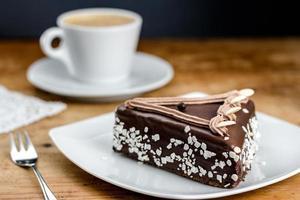 pastel de chocolate con cereza foto