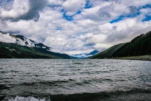 cuerpo de agua y montañas foto