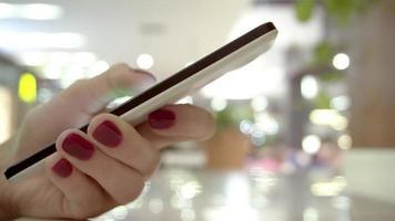 il dito della donna tocca il telefono