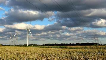 Turbinas de la estación de energía eólica en tiempo soleado con nubes en el viento video