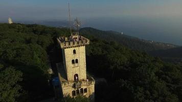 aérea: torre de vigia no monte akhun. video