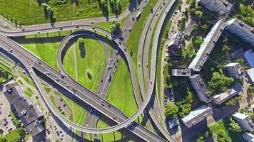 hd - vista aerea. svincolo stradale in città (zoom indietro)