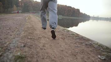 homem correndo ao longo da orla. câmera lenta
