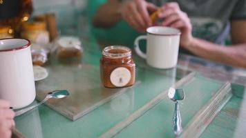 l'uomo berrà il tè con il miele. avvicinamento