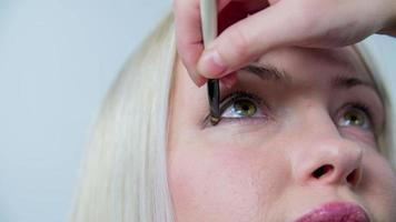 eyeliner gebruiken op een mooie vrouw video