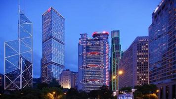 il time-lapse dell'ammiragliato di hong kong all'ora blu
