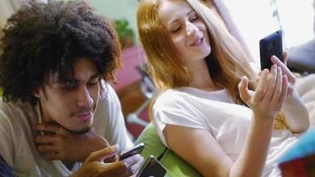 um grupo de três diversão hipster usando smartphones