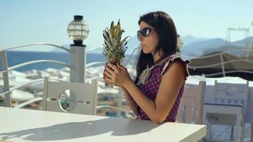 belle jeune femme sur une plage de bar, boire un cocktail frais pendant les vacances d'été.