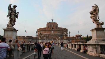 Visite touristique du pont de Castel Sant'Angelo et de la statue de Berninis video